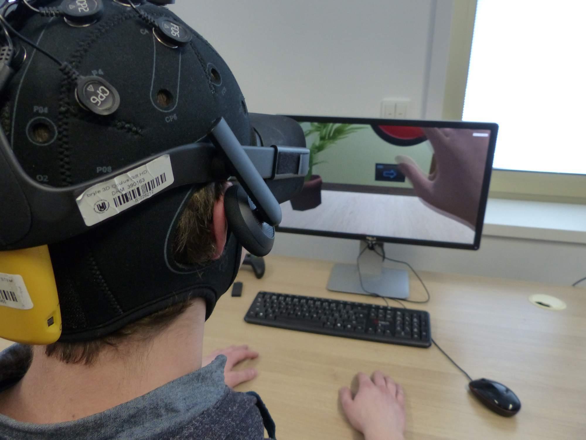 Účastníci výzkumu viděli odraz své myšlenkové aktivity ve virtuální realitě; Autor: Richard Kuczinský