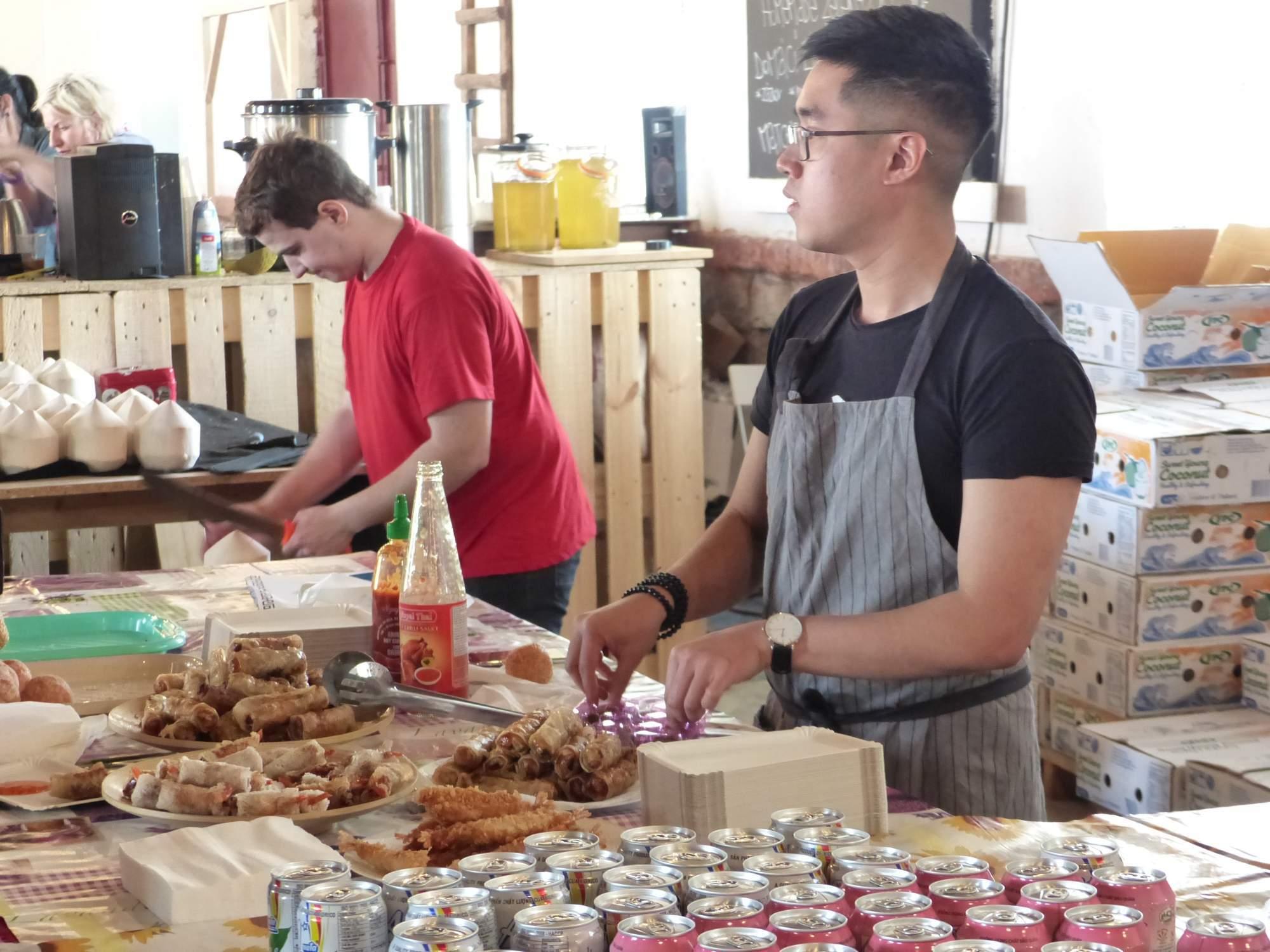 Jeden z prodejců na akci Ochutnej Vietnam; Autor: Richard Kuczinský