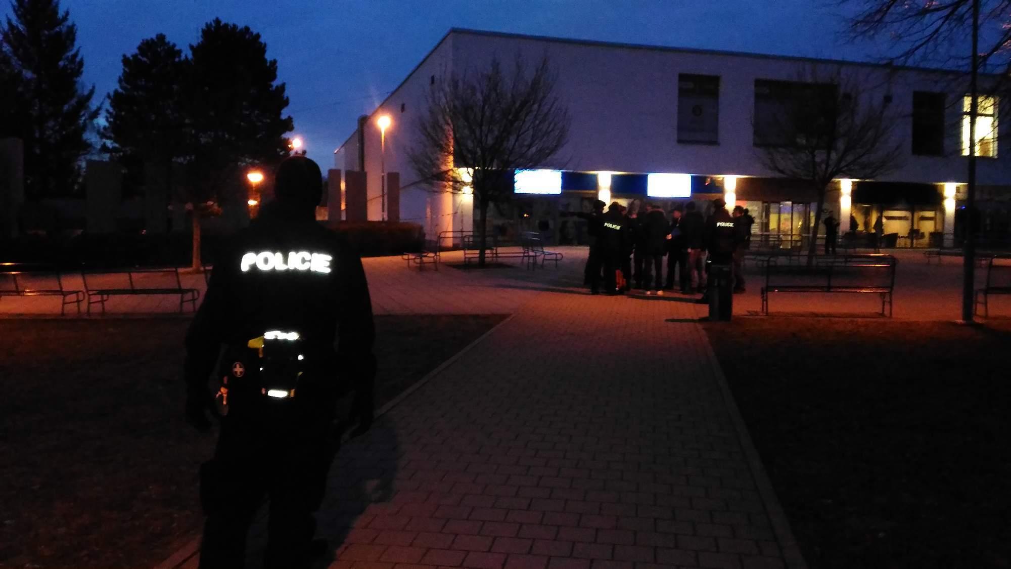 Policisté zadržují místo činu; Autor: Richard Kuczinský
