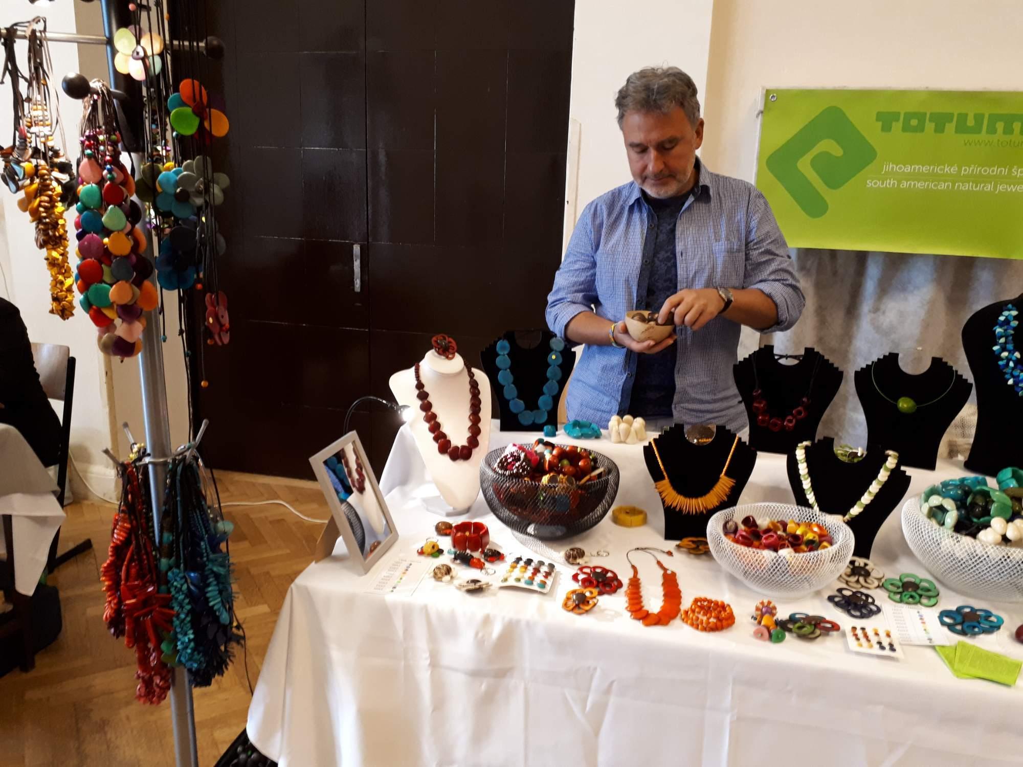 Pestrobarevné šperky vyrobené z ořechu tagua. Foto: Jana Blahošová