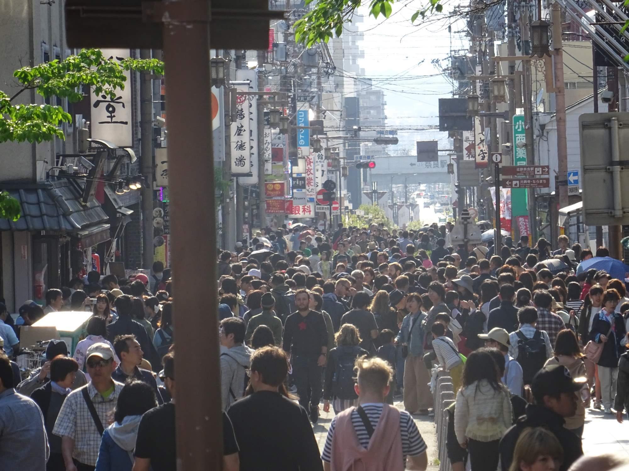 Rušná ulice během prázdninového týdne ve městě Nara. Foto: Archiv Daniela Gregera