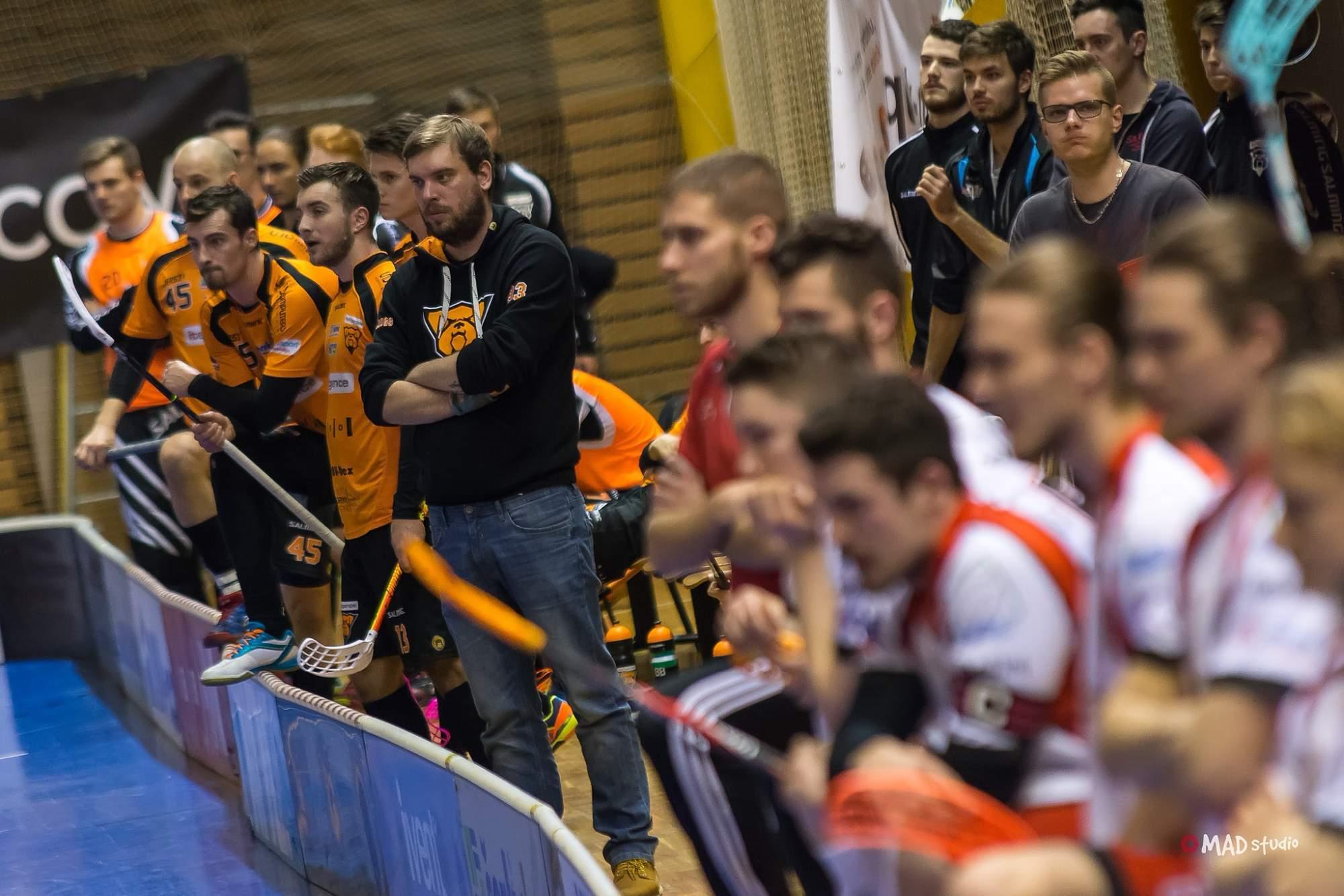 Asistent trenéra Bulldogs Brno David Kyzlink (uprostřed)