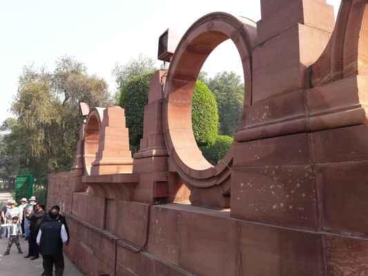 Mughal zahrady jsou skupinou zahrad postavených Mughalovými v perském architektonickém stylu. Tento styl byl silně ovlivněn perskými zahradami, zejména strukturou Charbagh .  Výrazné použití přímočarých rozvržení se provádí uvnitř zděných příček. Některé z typických rysů zahrnují bazény , fontány a kanály uvnitř zahrad.