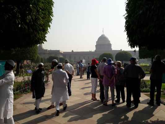 Zahrady patří k prezidentskému paláci Rashtrapati Bhavan.
