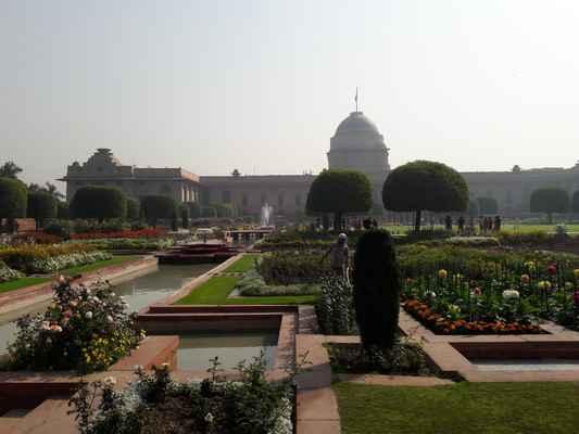 """Rashtrapati Bhavan prezidentská rezidence""""předtím'místokrále dům') je oficiální sídlo prezidenta se nachází na západním konci Rajpath v New Delhi , Sídlo má 340 pokojů a je  oficiální sídlo prezidenta, sály, předseda Estate, která navíc obsahuje velké prezidentské zahrady ( Mughal Gardens. velké otevřené prostory, rezidence bodyguardů a zaměstnanců, stáje, další kanceláře a služby v rámci jeho obvodových zdí. Pokud jde o oblast, je to jedna z největších rezidencí hlavy státu na světě."""