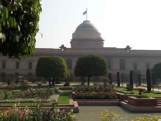 Plán rozvržení budovy je navržen kolem masivního náměstí s několika nádvořími a vnitřními prostory uvnitř. Plán vyžadoval dvě křídla; jeden pro místokrále a obyvatele a druhý pro hosty. Rezidenční křídlo je samo o sobě samostatným čtyřpodlažním domem s vlastním dvorním prostorem. Toto křídlo bylo tak velké, že poslední indický guvernér generál Chakravarti Rajagopalachari se rozhodl žít v menším křídle , tradicí následovaných následnými prezidenty. Původní křídlo bydliště je nyní využíváno především pro státní recepce a pro návštěvy hlav států.  Sály a místnosti Rashtrapati Bhavan má mnoho sálů, které jsou využívány pro státní funkce a jiné účely. Dva z nich, Durbar Hall a Ashoka Hall, jsou nejvýznamnější.
