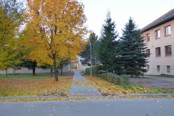 Chodník ze sídliště ke škole