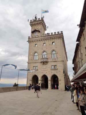 San Marino stojí na kopci a toto je hlavní náměstí