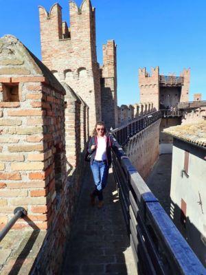 ochoz na hradbách vesnice