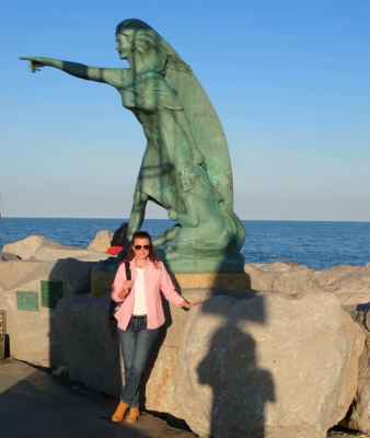socha nad Radkou ukazuje směr Praha