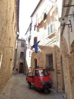 do úzkých uliček pouze s malým vozítkem