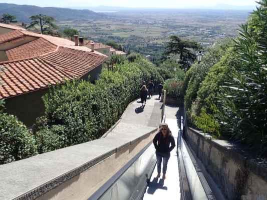 jinak jsou parkoviště pod městem a od nich Vás odvezou eskalátory zpět nahoru do města - šikovné