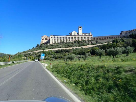a netrvalo dlouho a jede do Assisi