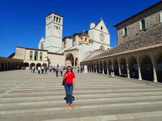 mohutná gotická bazilika svatého Františka z Assisi s klášterem