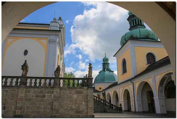 Dějinné počátky Svaté Hory jsou opředeny pověstmi. Kdy byla postavena původní kaplička, jejíž zdivo je prý dosud zčásti obsaženo ve zdivu dnešní baziliky, není známo.