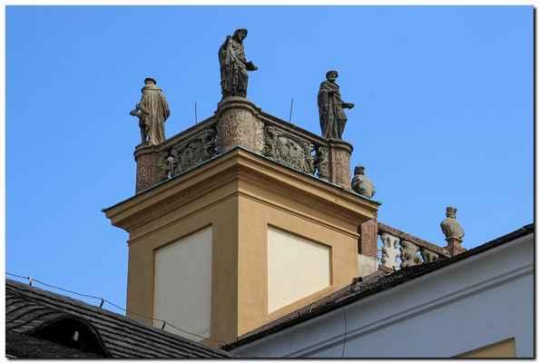 Ta ovšem v původní kapli nebyla. Dle tradice ji vyřezal sám první pražský arcibiskup Arnošt z Pardubic podle Kladské madony a umístil ji ve své kapli v příbramské tvrzi, kterou dal sám postavit.