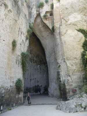 Tyran Dionýsos I. zde údajně věznil své odpůrce. Ti se v jeskyni domlouvali na odplatě, ale díky vynikající akustice prostoru o délce 65 m a výšce 20 m strážci všechny jejich tajné plány odposlechli – odtud dnešní název jeskyně.