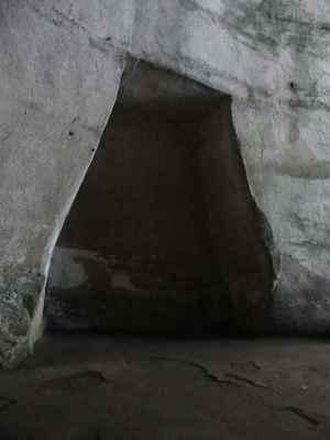 Chladný, čerstvý vzduch nabízí Dionýsovo ucho, excentricky tvarovaná umělá jeskyně, která se vyznačuje zvláštní akustikou.