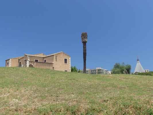 Jsme tady. Vlevo je vidět dům, kde se prodávají vstupenky do Teatrro Greco.  Vpravo vykukuje monumentální betonová kruhová stavba poutního kostela Madonna della Lacrime.