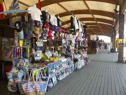 Než tam dojdete, tak musíte projít kolem stánků se vším možným a obchodníci doufají že si něco koupíte.