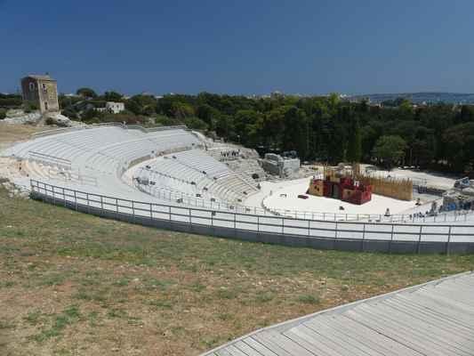 Řecké divadlo (Teatro Greco) – monumentální divadlo vytesané do skály v roce 470 př. Kr. mělo kapacitu 15 000 diváků.
