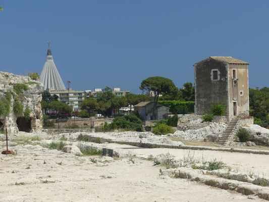 Vlevo zdaleka viditelná je monumentální betonová kruhová stavba poutního kostela Madonna della Lacrime.