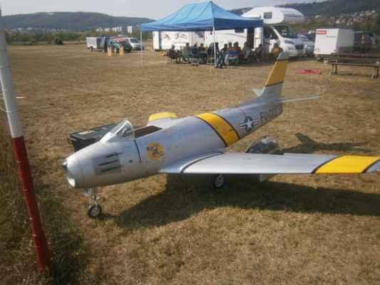 F 86 Sabre Zdeňka H. - fantastická stavba i pilotáž. Nechci ani vědět, kolik je v tom peněz i práce a přitom má takových Zdeněk několik !