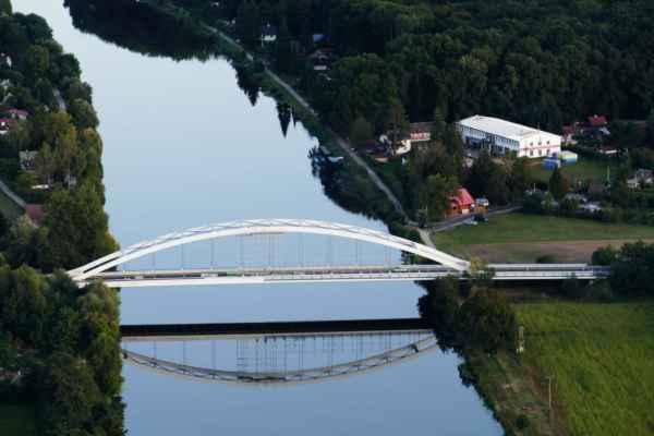 most Bohumila Hrabala - velká budova vpravo za mostem je veslařský klub Lysá nad Labem