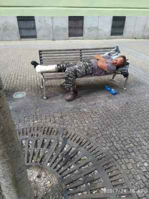 Lasardopictures 2020. - Pán Šurin spal na lavičce v Plzni.Dne 24.07.2020 v pátek. »*« * Foto/Dne: 24.07.2020 v Plzni v pátek. * Fotograf: D'J.Tamáš|LasardoPictures * Fotoaparát: Xiaomi Redmi Note 8 lite * All Rights Reserved Photo: LasardoPictureS.   »*« #TJ81Fotograf #lasardoPictureS #Tj81mesto #plzen #pilsen #surin #lavicka #americka #Š »*«  Sdíl.,z mých dat od Vodafonu S27/24.7.2020.