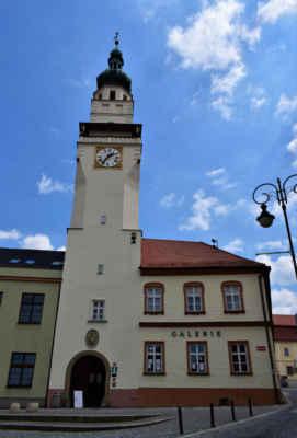 V budově radnice mimo městského úřadu je také informační centrum a Galerie O. Kubína.