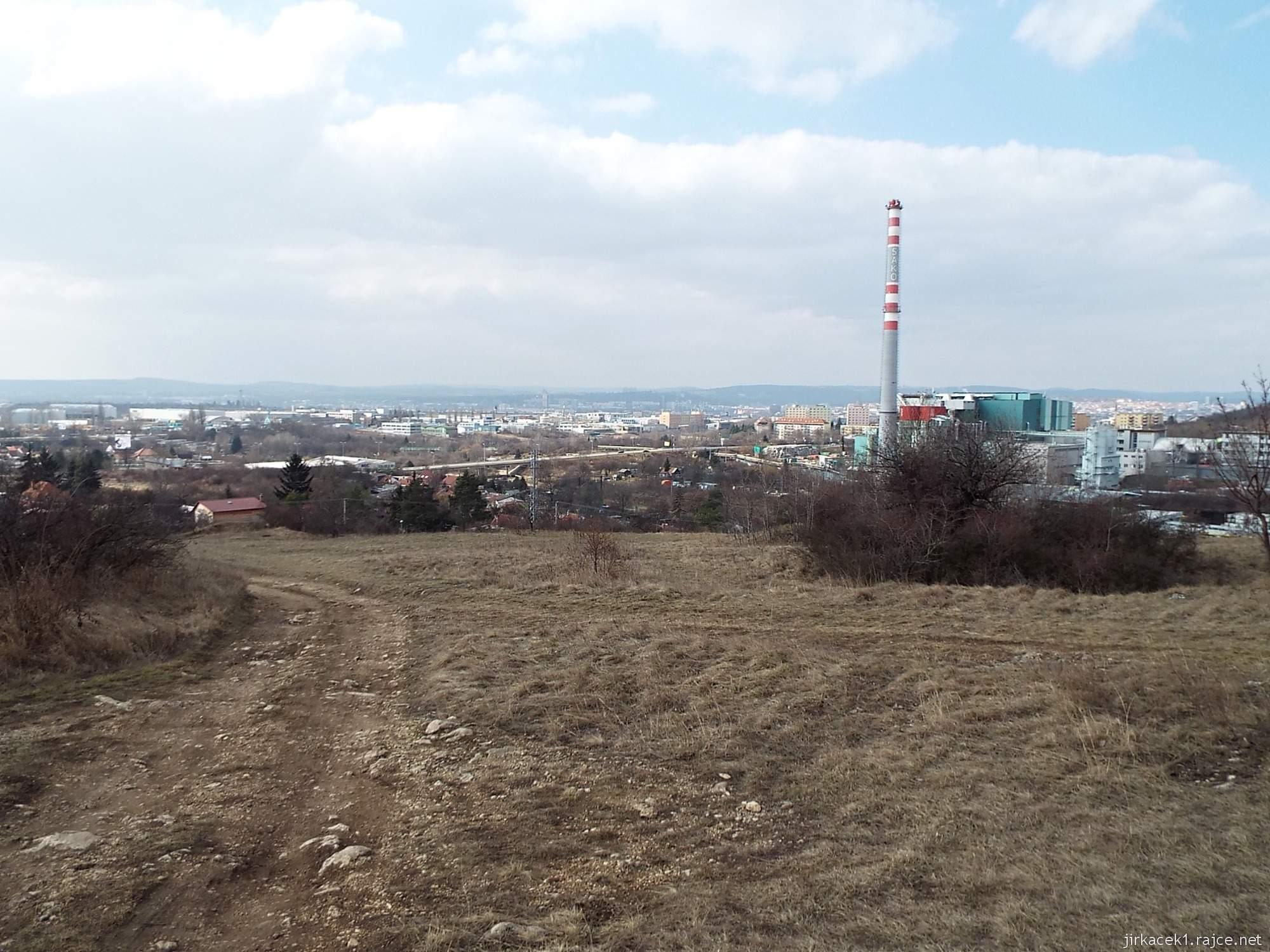 Brno - Stránská skála 05 - cesta z parkoviště na vrchol - tabule a výhled