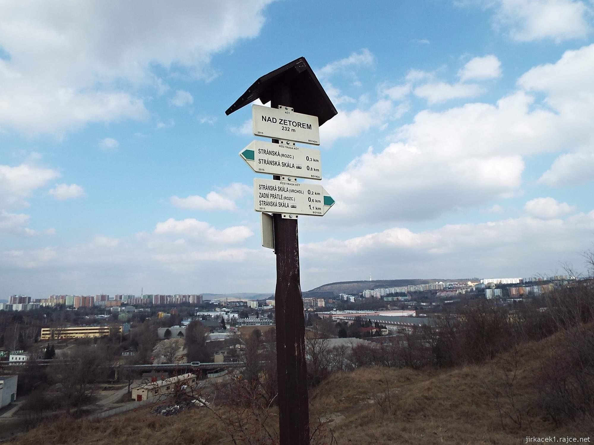 Brno - Stránská skála 10 - cesta z parkoviště na vrchol - výhled na na Zetor