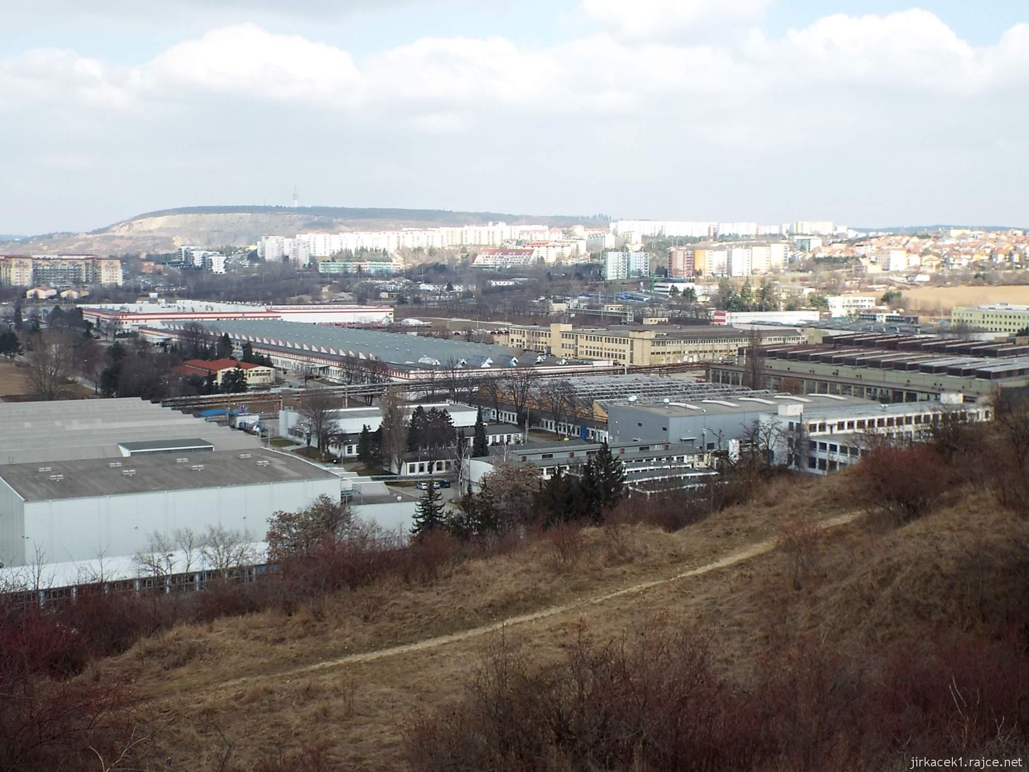 Brno - Stránská skála 14 - cesta z parkoviště na vrchol - skály pod vrcholem
