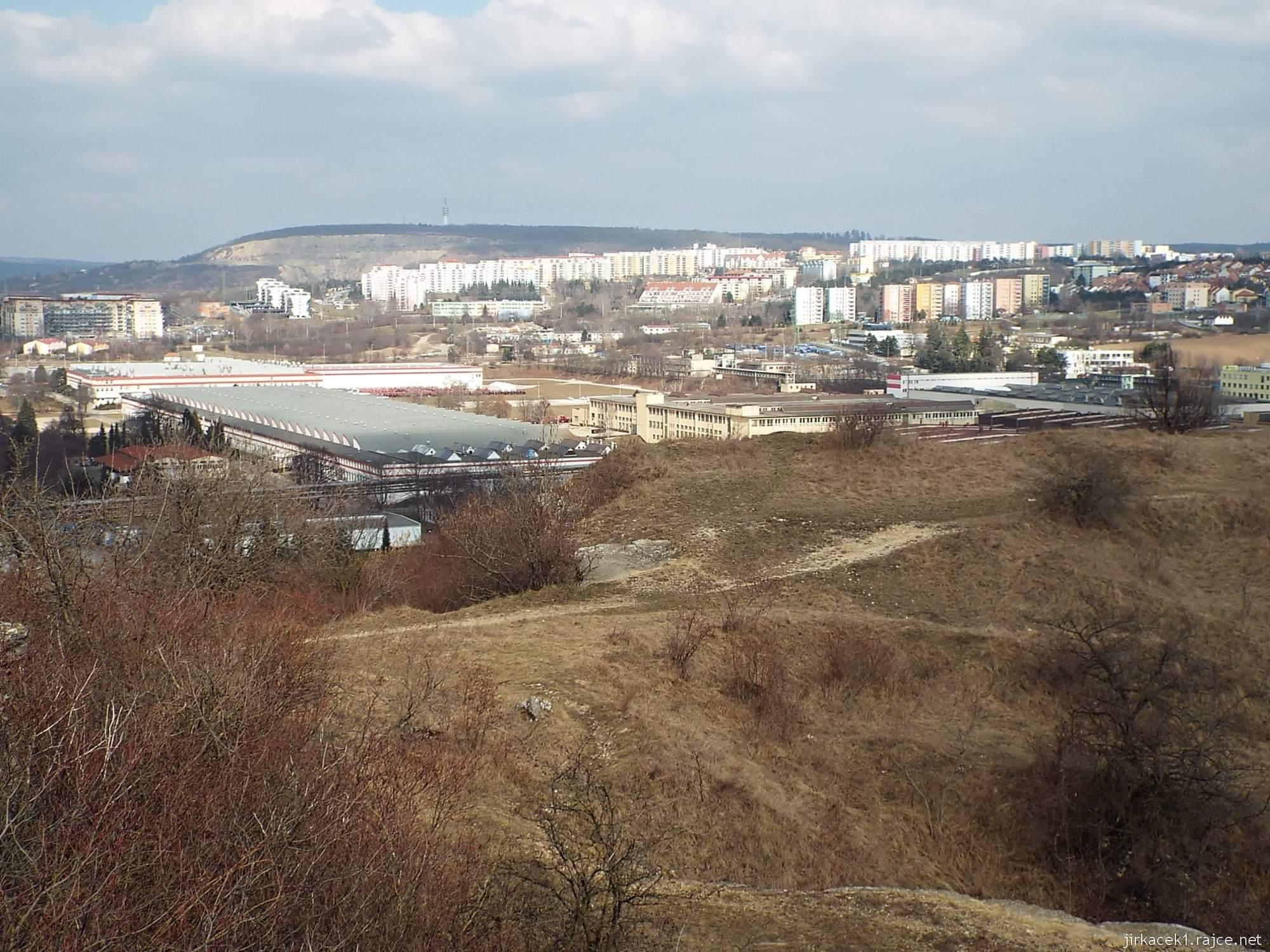 Brno - Stránská skála 15 - cesta z parkoviště na vrchol - výhled na Brno Líšeň