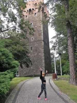 Gotická Piastovská věž v polském Těšíně na Zámeckém vrchu (Góra Zamkowa). Tato obranná věž je pozůstatek původního hradu těšínských Piastovců. Ve středověku stály na Zámeckém vrchu čtyři věže, dochovala se jediná. Architek: Petr Parléř, Výstavba: 13. století.