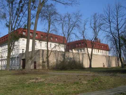 Budova soudu (vlevo) a budova věznice (vpravo). Karviná-Fryštát.