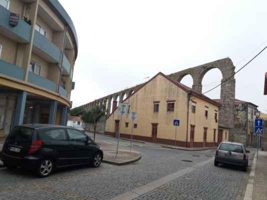 Vila do Conde - Starý viadukt, který se táhne skrz téměř celé městečko Vila do Conde. Je krásně zapasovaný do nových částí města, které se pod ním postupem času rozložilo