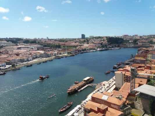 Řeka Douro v Portu - Foceno z mostu Luis I. Na obou březích jsou promenády se mnoha stánky se suvenýry, božským jídlem a vínem. Na levém břehu leží město Vila Nova de Gaia, na pravém břehu město Porto.