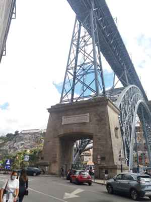 """Pomyslná """"brána"""" na spodní pěší zónu mostu Luis I. - Na horní pěší se zóně se mimo chodce prohání i portské metro."""