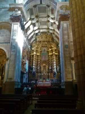 Oltář v katedrále Nanebevzetí Panny Marie - Tato část je jako jediná vyzdobená. Ostatní zdi jsou holé a bez výzdoby, což je zajímavá rozdíl oproti českým kostelům a katedrálám, kde jsou všechny zdi alespoň minimálně pozlacené a pozdobené
