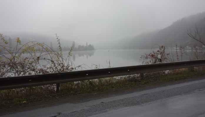 Cestou do Petrova. Nad Vltavou se držela mlha - zkrátka listopad.
