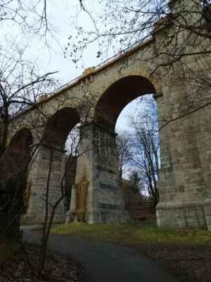 Jihovýchodní viadukt - Větší ze dvou viaduktů na trati tzv. Pražského Semmeringu je dlouhý 115 m a vysoký 25 m. Celkem 7 kamenných oblouků je doplněno jedním ocelovým polem. Zajímavostí také je, že zde v jednom místě dochází ke křížení dvou železničních tratí, cesty pro pěší a toku Dalejského potoka.