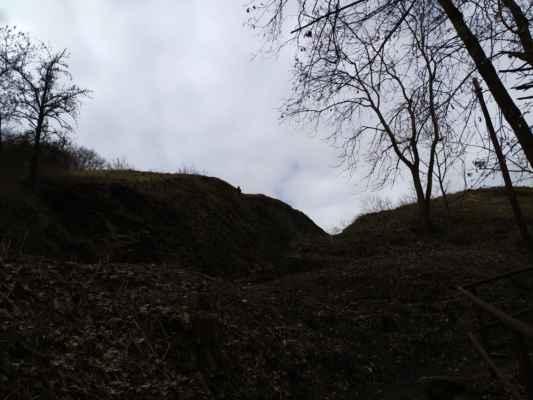 Přírodní památka Železniční zářez - Skalní profil ve vápencích vznikl při budování železniční trati z Prahy do Rudné. Po odkryvu je patrné střídání chotečského a srbského souvrství středního devonu množstvím zkamenělin, především vzácných suchozemských rostlin a živočichů z období devonu. Lokalita je významná také hojným výskytem ohrožené kostřavy walliské.