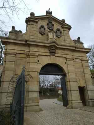 Leopoldova brána - Leopoldova brána je raně barokní brána na pražském Vyšehradě. Nachází se v ulici V pevnosti, je součástí vyšehradské citadely. Brána byla postavena v letech 1653 až 1672, přesný rok zahájení a dokončení stavby není znám. Vznikla pravděpodobně podle architektonického návrhu Carlo Luraga, jehož nákres stavby se zachoval.