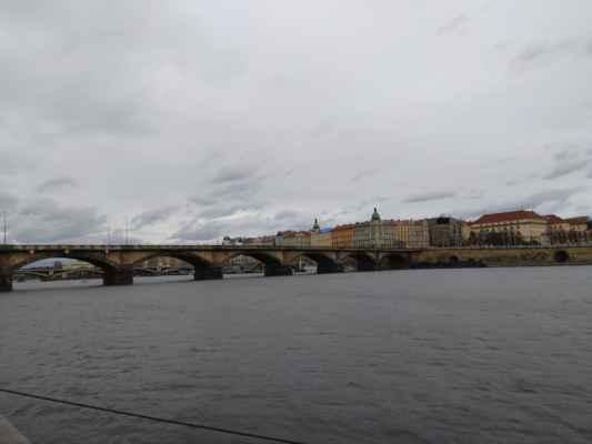 Palackého most - Kamenný most spojil Smíchov a Nové Město v roce 1878 a jedná se tak o třetí nejstarší dochovaný most v Praze. Po dokončení ho zdobily národní barvy, ty už ale do dnešních dnů nevydržely. Zajímavostní také je, že při výstavbě jeho pilířů byo poprvé využito kesonové zakládání.