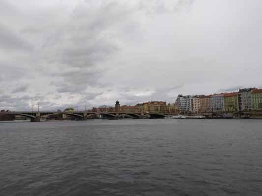 Jiráskův most - Jiráskův most je sedmý most přes Vltavu směrem po proudu řeky v Praze spojující z Jiráskova náměstí pravobřežní pražské Nové Město a levobřežní čtvrť Smíchov. Jeho stavba byla započata v roce 1929 podle projektu architekta Vlastislava Hofmana a Ing. Františka Mencla. Jako materiál byl použit železobeton, pět návodních pilířů širokých 4,6 m je obloženo žulovými kvádry.