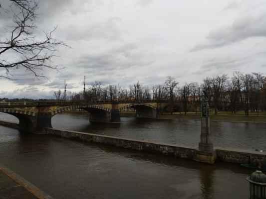most Legií - Žulový most z roku 1901 spojuje oba pražské břehy Vltavy přes Střelecký ostrov u budovy Národního divadla. Dvě věže na obou koncích mostu sloužily k vybírání mýtného. Stojí na místě původního řetězového mostu císaře Františka I.