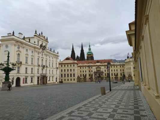Pražský hrad - Největší hradní areál na světě slouží již od 9. století jako sídlo českých knížat, králů a prezidentů. Areál tvoří rozsáhlý komplex paláců a církevních staveb řady architektonických slohů. Dominantou je gotický chrám sv. Víta, Václava a Vojtěcha, starý královský palác s Vladislavským sálem, románská bazilika sv. Jiří, Rožmberský palác nebo Zlatá ulička s věží Daliborkou. Za návštěvu také stojí dokonale upravené okolní zahrady s úchvatnými výhledy na Prahu.