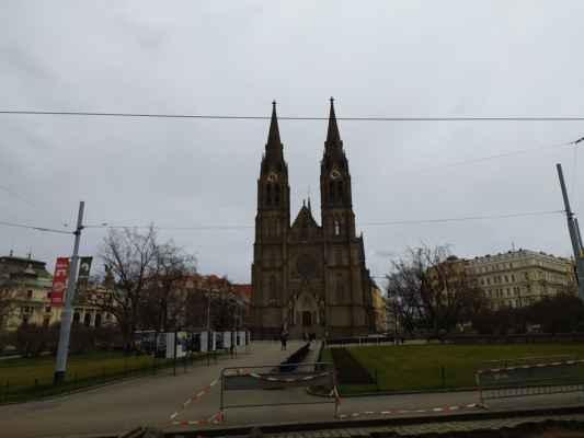Kostel sv. Ludmily - Neogotický kostel zbudován v letech 1888–92 podle projektu architekta Josefa Mockera. Cihlová trojlodní stavba s příčnou lodí ve tvaru kříže, dvěmi štíhlými věžemi (60 m). Každá z věží je osazena dvěma zvony. Interiér vyniká barevnými vitrážemi a oplývá bohatou malířskou a sochařskou výzdobou.