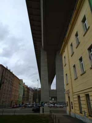 Nuselský most - Předpojatý betonový most přes Nuselské údolí byl dostavěn roku 1973 a je jedním z největších v Česku. Jeho průměrná výška je 42,5 m nad zemí, dlouhý je 485 m a široký 26,5 m. Má železobetonovou rámovou konstrukci a čtyři pilíře. V letech 1967-73 nesl pojmenování po Klementu Gottwaldovi. Po vrchní části mostu je vedena šestiproudá magistrála, uvnitř je umístěn tubus pro metro. V minulosti byl oblíbeným místem pro sebevrahy.